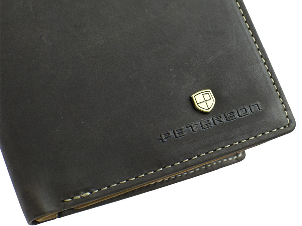579ddc47c7442 ... Brązowy męski skórzany portfel ze skóry naturalnej Peterson logo  grawerowane ...